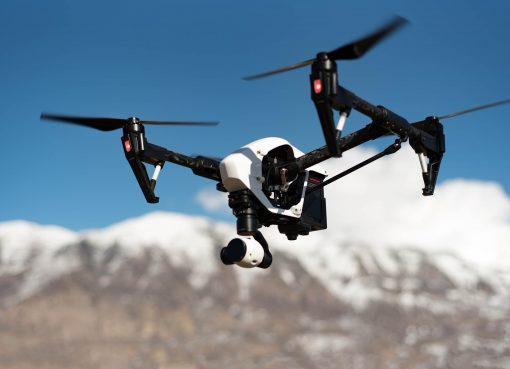 Снимка на дрон с камера DJI Inspire 1 на фона на снежни планини в далечината