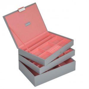 Сива кутия за бижута с розова вътрешност