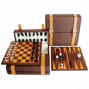Два комплекта шах и табла - отворена и затворена кафява кожена кутия и две дъски - за шах и табла.