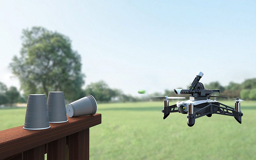 Дрон Parrot Mambo с монтирано оръдие стреля по пластмасови чашки