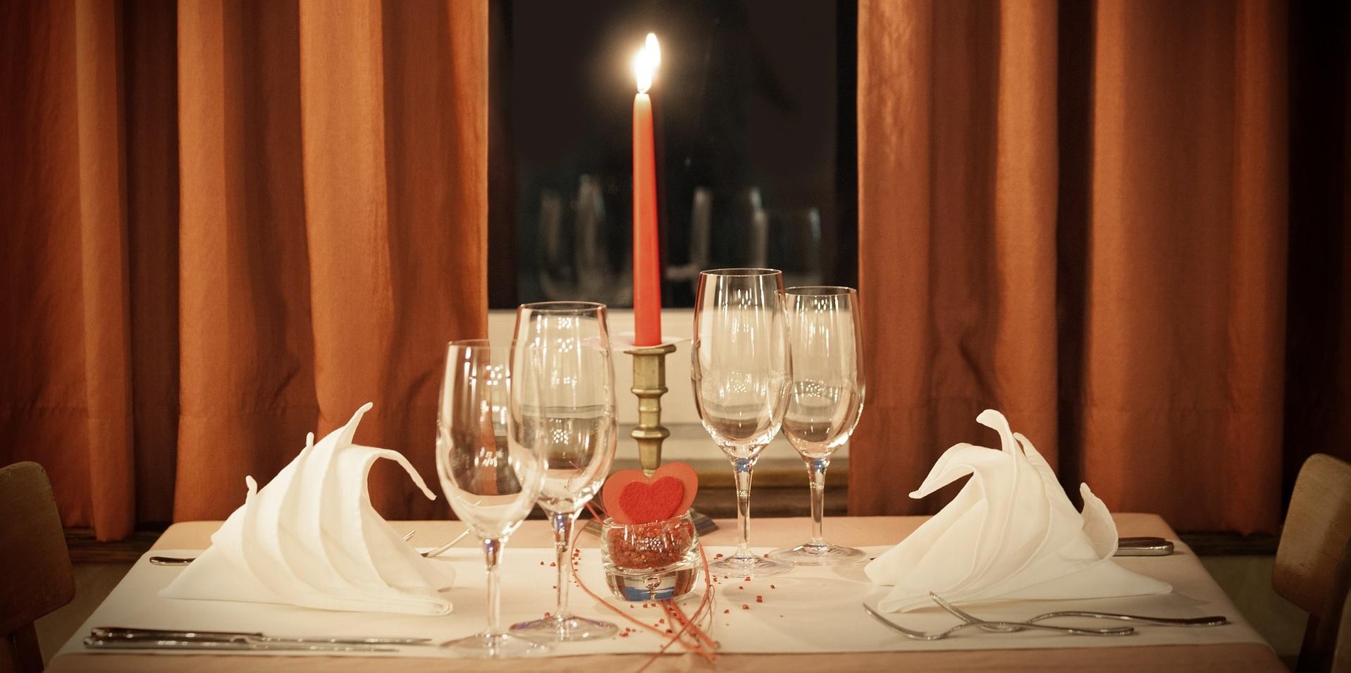 Подредена маса със запалена свещ в средата