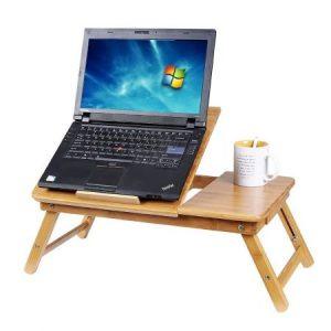 Бамбукова масичка за лего с лаптоп и бяла керамична чаша с кафе