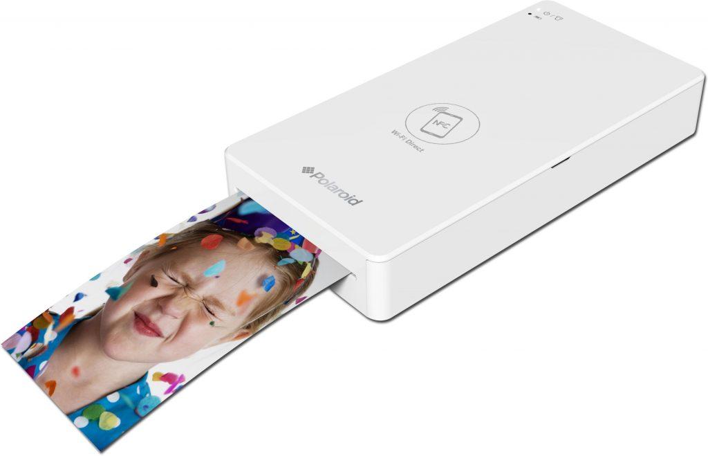 Бял фотопринтер Polaroid Zip, принтиращ снимка на момиче