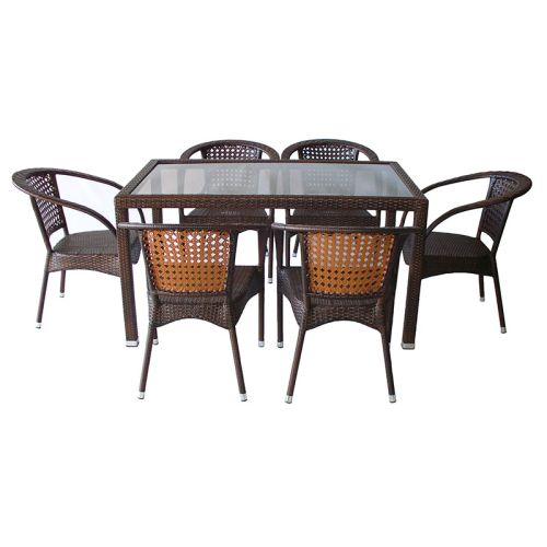 Голяма маса със стъклен плот и шест стола от изкуствен ратан разположени около градинската маса