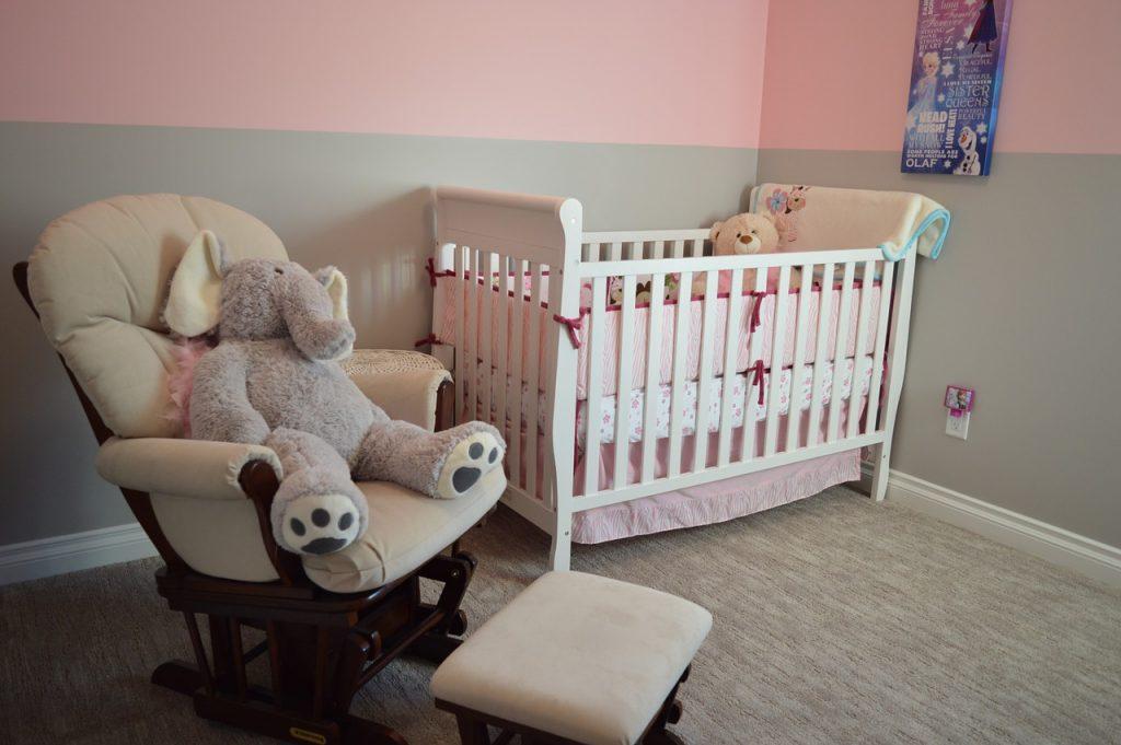 Бебешка стая със стол, табуретка и бяла кошарка