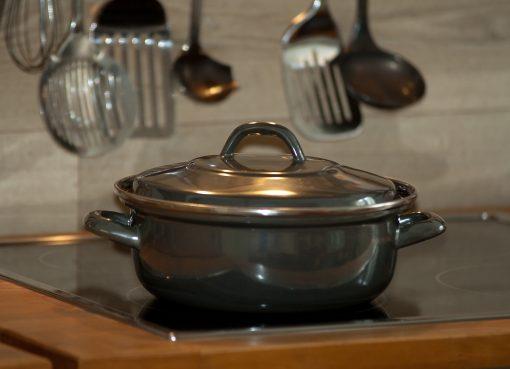 Тенджера с капак, поставена на кухненски плот