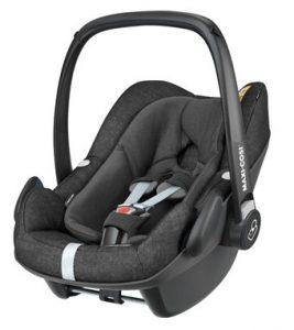Черна бебешка седалка модел Maxi-Cosi Pebble Plus заснета на бял фон