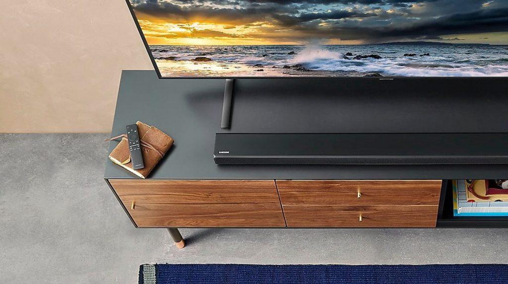 Саундбар Samsung HW R-650 и Samsung телевизор на шкаф за телевизор