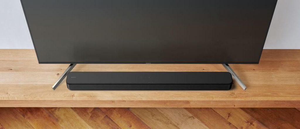 Саундбар Sony HT SF150 поставен на масичка под изключен телевизор Sony