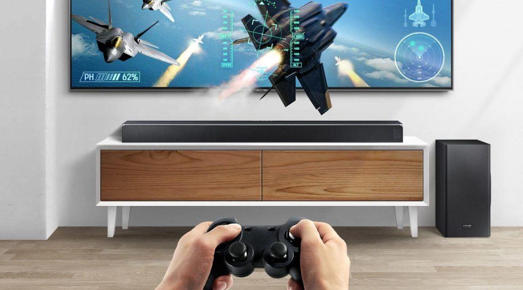 Саундбар Samsung Harman Kardon HW-Q90R върху поставка за телевизор