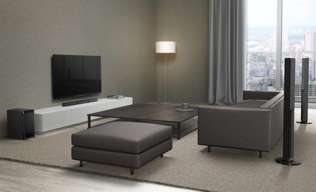 Снимка на всекидневна с монтиран саундбар Sony HTRT4 с две тонколони, субуфер и телевизор
