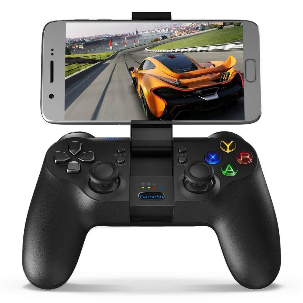 Контролер за телефон GameSir T1 с прикрепен към скобата смартфон и пусната състезателна игра.