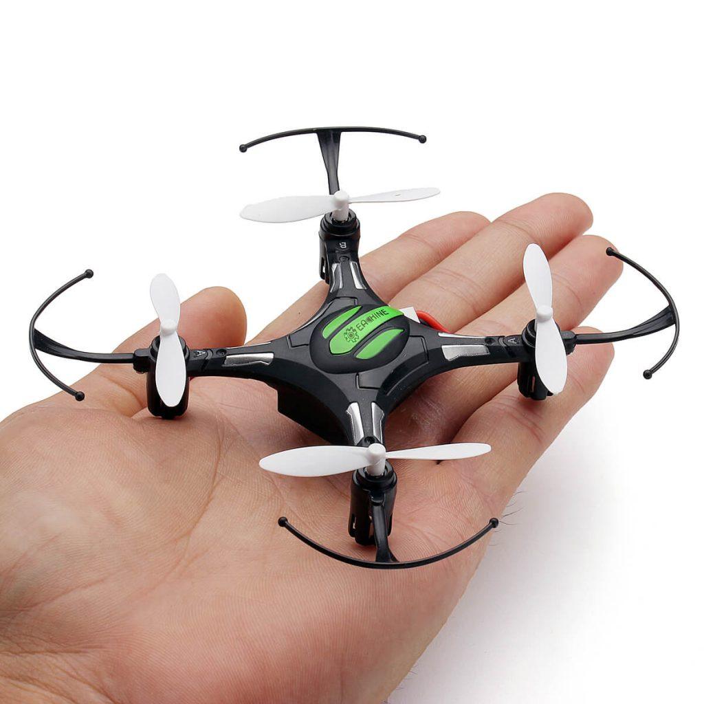 Дрон за деца EACHINE H8 Mini в човешка длан