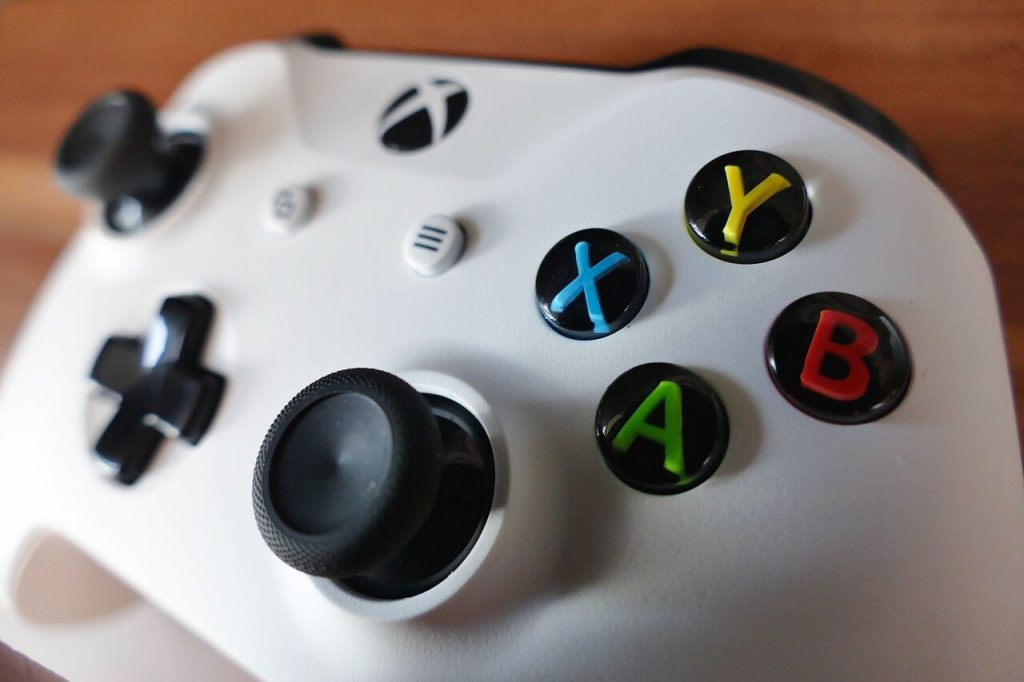 Близък план на бял Xbox One контролер, съвместим с телефон