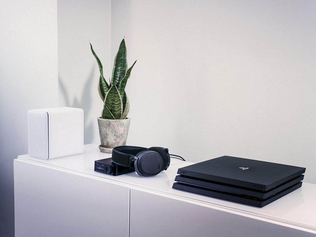 PlayStation и слушали SteelSeries Arctis Pro на бял шкаф.