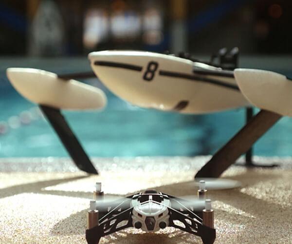 Дрон с камера за деца Parrot Hydrofoil - квадрокоптер с корпус за вода на заден фон.