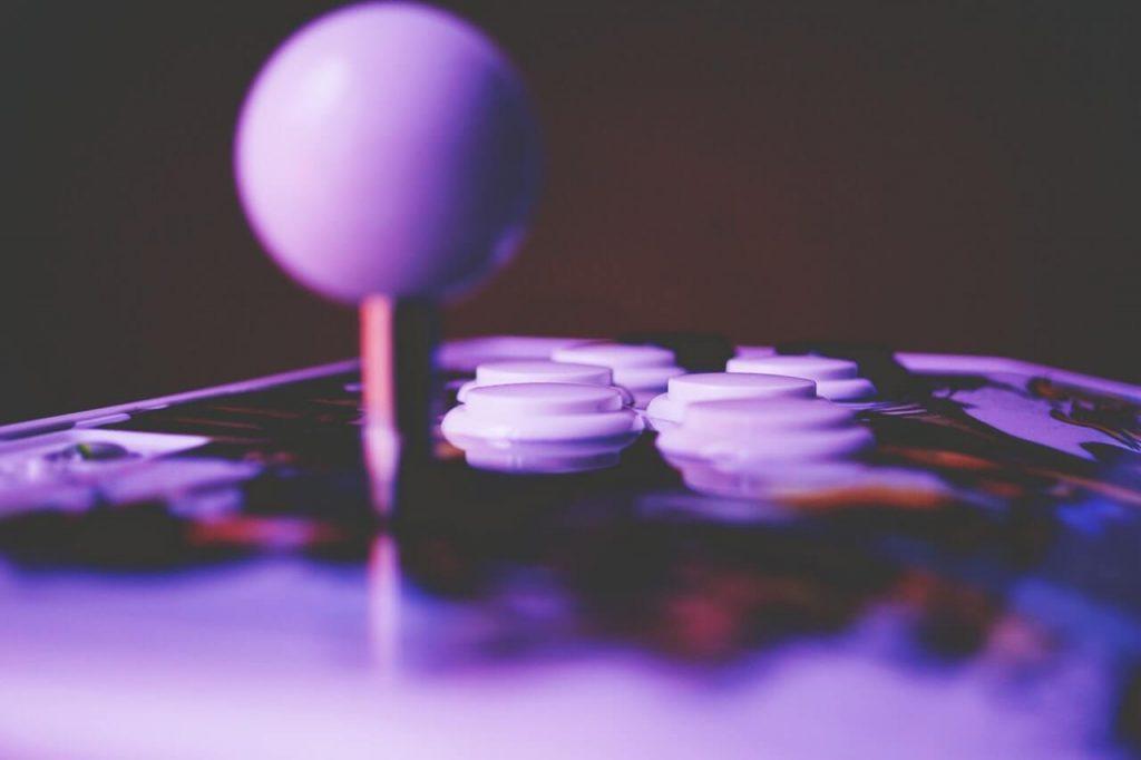 Джойстик и бутони на аркадна игра